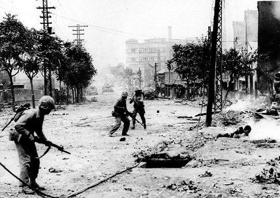 Amerykańskie sukcesy w Korei z września i października 1950 r. sprawiły, że gen. MacArthur był pewien szybkiego zwycięstwa. Historia pokazała, że bardzo się mylił. Na zdjęciu marines w trakcie walk o Seul.