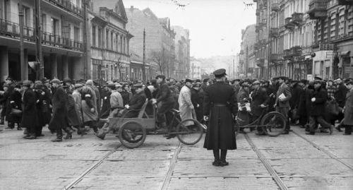 Zatłoczone skrzyżowanie ulic Chłodnej i Żelaznej w getcie (fot. Bundesarchiv).
