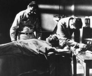 """Elektrowstrząsy. Najlepsze lekarstwo na wszystko! Niestety na oddziałach psychiatrycznych szpitali Wehrmachtu nie robiono za wielu zdjęć... Zamiast tego obrazowy kadr z filmu """"Shock Corridor"""" (1963)."""