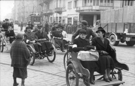 I jeszcze jedna fotografia elity warszawskiego getta. Suknie, garnitury, riksze. Nie każdego było na to stać. Ale jak już było, to miał też pieniądze na wsparcie bojowców (fot. Bundesarchiv).