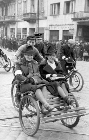 Ci eleganccy panowie, te eleganckie panie... W getcie było od kogo brać pieniądze! (fot. Bundesarchiv, rok 1941).