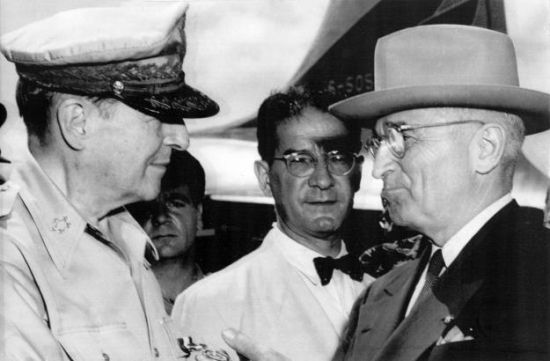 Generał MacArthur i prezydent Truman podczas katastrofalnego w skutkach spotkania na wyspie Wake.