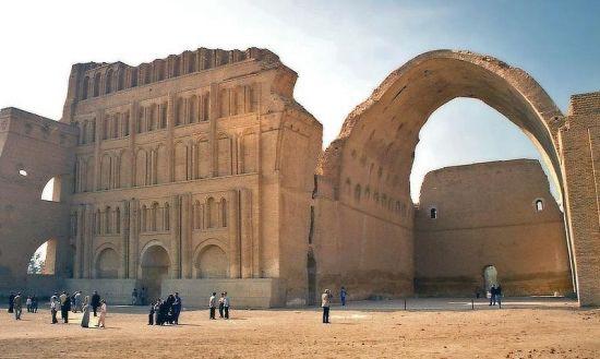 Monumentalny pałac w Ktezyfonie, który wkrótce po bitwie pod Al-Kadisijją wpadł w ręce Arabów (fot. jamesdale10; lic. CCA 2,0 G).
