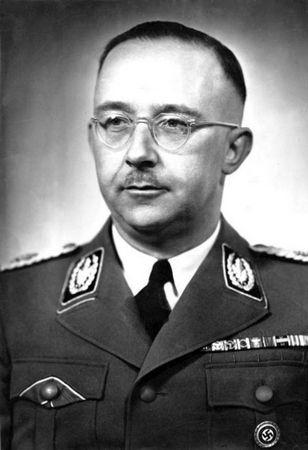 Heinrich Himmler uważał, że prawdziwy nazista nie może chrzcić swoich dzieci w kościele lub zborze, dlatego wymyślił swój własny rytuał (źródło:Bundesarchiv; lic. CC AS 3.0).