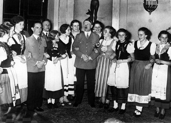 I znów Hitler otoczony wianuszkiem kobiet. Tym razem z okazji skorzystał również Goebbels.