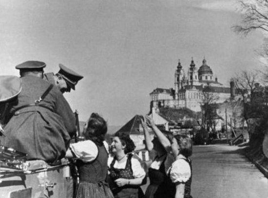 Hitler dosłownie nie mógł się opędzić od wielbicielek. Nawet na drodze mógł spodziewać się przejawów uwielbienia.