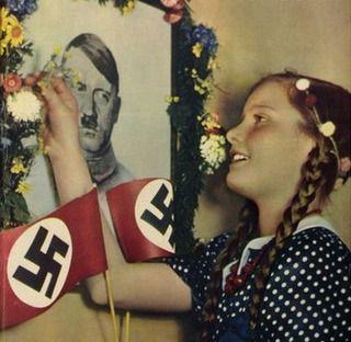 Nawet nastolatki z uwielbieniem wpatrywały się w oblicze Hitlera.