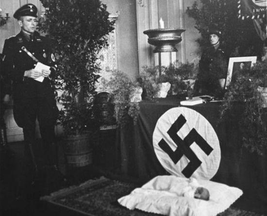 Swastyka? Jest! Mein Kampf? Leży! Portret Führera? Oczywiście wisi! Ceremonię można zacząć!