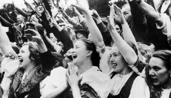 Młode nazistki zachowujące się na widok Hitlera, jak amerykańskie nastolatki na widok Biebera.