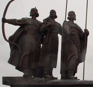 Trzej bracia, założyciele Kijowa. Współczesny pomnik (fot. Ogre; lic. CC ASA 3,0).