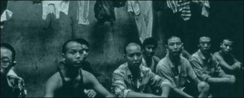 Na obrazku współcześni więźniowie chińskiego obozu pracy. Choć nadal waunki są tam ciężkie, przynajmniej nie mieszkają w baraku bez okien.