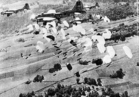 Amerykańskie B-17 zrzucają zaopatrzenie dla partyzantów z Vercors. Zdjęcie z 1944 r.