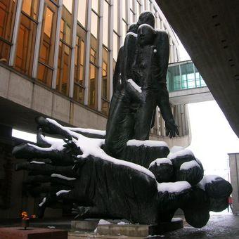 Pomnik w Bańskiej Bystrzycy upamiętniający Słowackie Powstanie Narodowe (fot. Anna Regelsberger; lic. CC ASA 3.0)