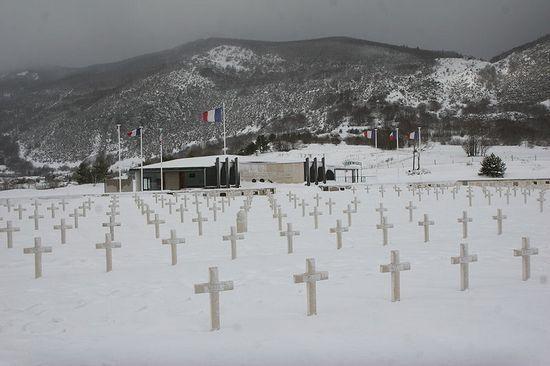 Cmentarz w Vassieux-en-Vercors na którym pochowano partyzantów oraz ludnośc cywilną pomordowaną przez Niemców (fot. David Monniaux; lic. CC ASA 3.0)
