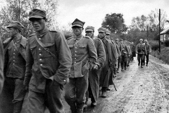 Według niemieckich planów trzon polskich pomocniczych siły zbrojnie mieli stanowić oficerowie i żołnierze wzięci do niewoli w 1939 r. oraz byli powstańcy warszawscy. Takie założenie właściwie na starcie skazywało całe przedsięwzięcie na porażkę. Na zdjęciu żołnierze WP idą do niemieckiej niewoli.