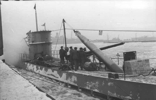 Załadunek torped na U-boota. Kto wie, może i one posłały na dno jakiś aliancki statek, albo okręt wojenny (źródło: Bundesarchiv; lic. CC ASA 3.0).