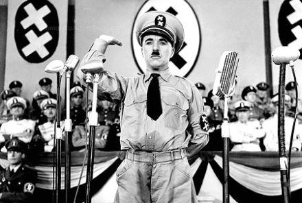 """Kadr ze słynnego filmu Charliego Chaplina: """"Dyktator"""" (1941)."""