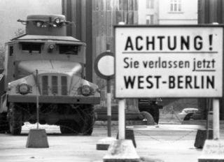 Granica Berlina Zachodniego. W tle już czekają serdeczni NRD-owcy...
