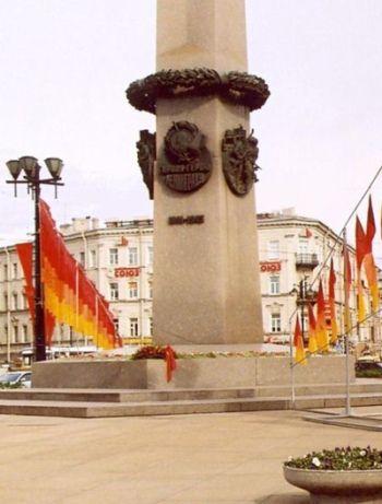 Leningrad otrzymał od stalina tytuł miasta-bohatera. Cóż po tytułach i obeliskach tym, którzy zatracili część swojego człowieczeństwa jedząc bliźnich?