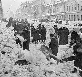 Wielu niedożywionych i wyczerpanych zostawało w śniegu. Czy nocą przychodzili ci, którzy patrzyli na nich jak na wymarzony posiłek?