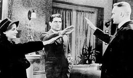 """Kadr z filmu """"Wyznania nazistowskiego szpiega"""" (1939)."""