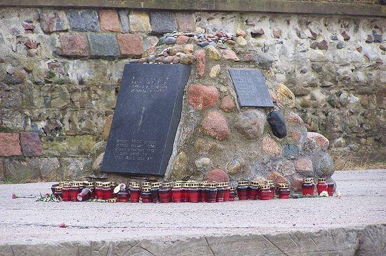 Tablica upamiętniająca ofiary niemieckiej zbrodni w Palmnicken, zamordowane 31 stycznia 1945 r. (fot. Hans-Christian Kords; lic. GNU FDL)