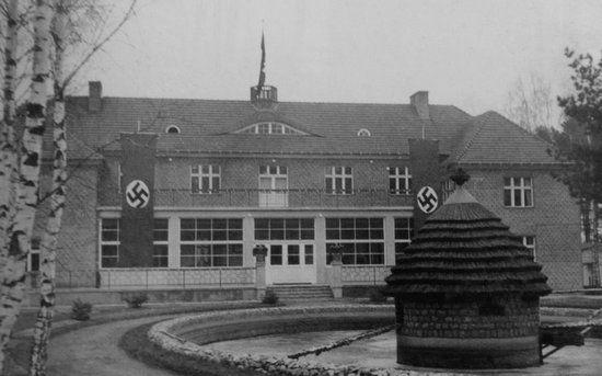 Gmach komendantury obozu w Stutthofie. To właśnie kilka tysięcy więźniów jednej z jego wschodniopruskich filii padło ofiarą zbrodni w Palmnicken.