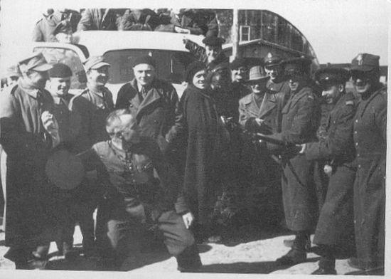 Po przekroczeniu granicy z Rumunią wielu żołnierzy zostało internowanych. Jednak, jak widać na powyższym zdjęciu, relacje między strażnikami a ich podopiecznymi były przyjacielskie.