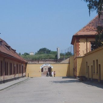 To właśnie z Theresienstadt miały co dwa tygodnie odchodzić transporty 1200 Żydów do Szwajcarii (fot. Hans Weingartz; lic. CC ASA 3.0).