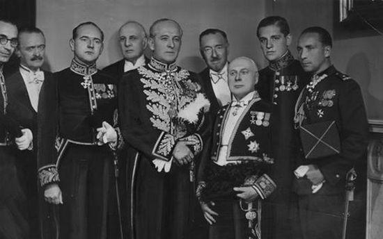 Usilne starania Władysława Sikorskiego sprawiły, że Francuzi ostatecznie nie zgodzili się na kandydaturę Wieniawy na prezydenta. Na zdjęciu Wieniawa w mundurze dyplomatycznym (stoi w środku).