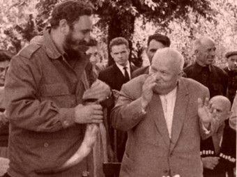 Nikita Chruszczow w najlepsze zabawia się z Fidelem Castro. Rok 1963. Rok później był już emerytem...