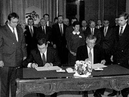 Mečiar i Klaus oficjalnie przypieczętowują podział Czechosłowacji.