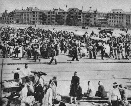 Szaber plac we Wrocławiu. W takich miejscach bezpośrednio po wojnie można było upłynnić dowolny zrabowany towar.