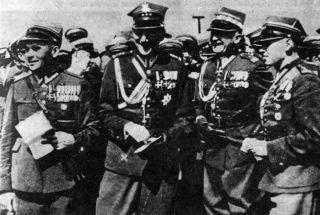 Wieniawa drugi od prawej. Kiedy robiono to zdjęcie, ani przez myśl mu nie przeszło, co spotka go w 1939 roku.