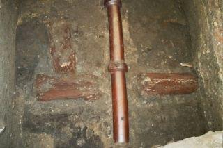 Współczesna, krakowska kanalizacja przecina drewnianą rurę wodociągową z XV wieku. Materiał Muzeum Archeologicznego w Krakowie.