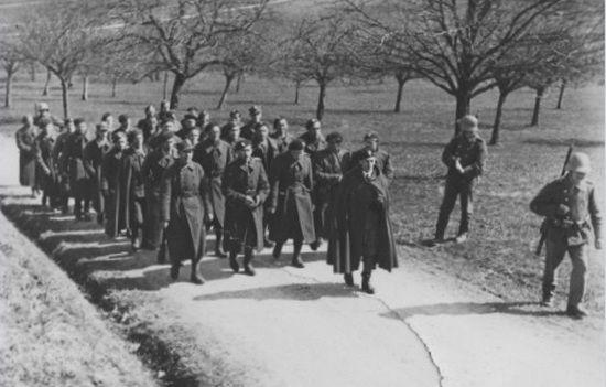 Grupa polskich żołnierzy eskortowana przez Szwajcarów do miejsca internowania. Co będą tam robić? Może rozpamiętywać kolejną porażkę przy kieliszku czegoś mocniejszego?
