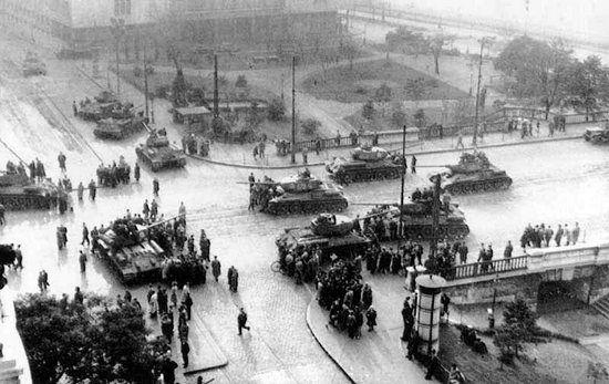 """Inwazja na Węgry spowodowała wzrost """"kontrrewolucyjnych"""" postaw obywateli ZSRR. Na zdjęciu radzieckie czołgi na ulicach Budapesztu"""