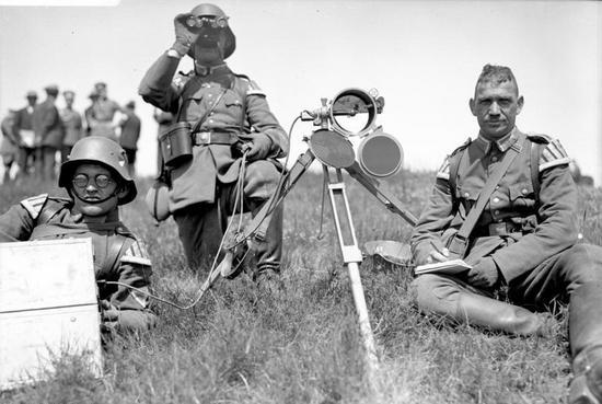 Niemcy byli zdania, że ich trzykrotnie mniej liczna Reichswehra spokojnie dałaby sobie radę z polską armią. Na zdjęciu niemieccy żołnierze podczas manewrów letnich w 1930 r.