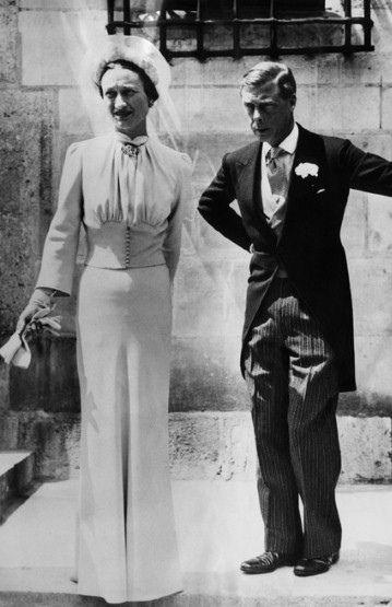 Gdyby nie kilka prostych krawieckich trików, Wallis w dniu swojego ślubu z Edwardem byłaby całkiem płaska (marszczenie optycznie powiększające biust) i kwadratowa (ramiona poszerzone poduszeczkami i mocno ściągnięta talia).