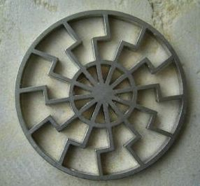 """""""Czarne Słońce"""" (potrójna swastyka wpisana w okrąg) było jednym z symboli odwołującym się do """"magicznych"""" mocy dwunastki. Umieszczano je na wielu budynkach w Trzeciej Rzeszy"""