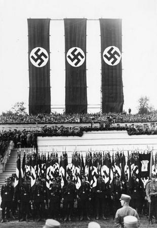 Norymberga nieprzypadkowo była nie tylko miejscem parteitagów. Planowano, ze stanie się ona nazistowskim miastem idealnym. Na zdjęciu Hitler przemawia do tłumów na Reichsparteitagu w 1933 r.