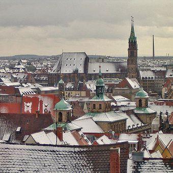 """Norymberga, miała być """"miastem idealnym"""" nazistów. Panorama miasta ze wzgórza zamkowego."""