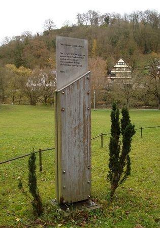 """Pomniki w miejscowości Steinbach upamiętniający dwie spośród tysięcy ofiar """"latających sądów doraźnych"""""""