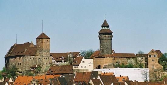 Poza budową nowych obiektów, naziści poświęcili dużo uwagi norymberskiej starówce. Najwięcej pracy włożono w renowację miejscowego zamku. Jednak zamiast dbać o historyczną wierność, Niemcy po prostu stworzyli baśniowy zamek