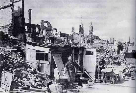 """Mimo olbrzymiego wysiłku jaki włożono w zrobienie z Norymbergi baśniowego miasta Hitlera, do dzisiaj niewiele z tego zostało. Miasto bardzo ucierpiało w trakcie nalotów dywanowych. Zdjęcie pochodzi z książki """"Hitler i święte insygnia"""" Sidneya D. Kirkpatricka (WL, 2012)"""