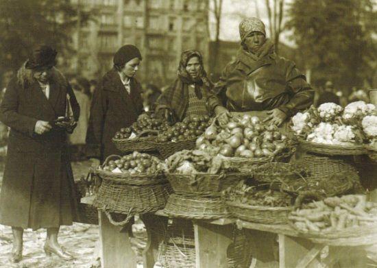 """Targowano w Polsce i podczas wojny i po wojnie... tylko paskarskie ceny często sprawiały, że ciężko było cokolwiek kupić (przykładowa ilustracja ze """"Smaków Dwudziestolecia"""" Mai Łozińskiej."""