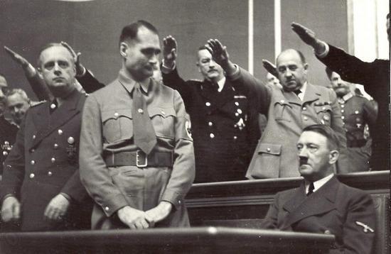 Dla Ivone'a Kirkpatricka, brytyjskiego dyplomaty, który przesłuchiwał Hessa, zastępca Hitlera był po prostu postacią niepoważną, a nawet zabawna. Na zdjęciu Hess spogląda wymownie na swojego wodza.