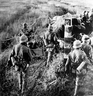 Gdyby Hitler przerzucił główne siły na Bliski Wschód, a nie atakował ZSRR wojna mogła potoczyć się inaczej. Na zdjęciu żołnierze Wehrmachtu przekraczają radziecką granicę.