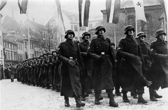 Żołnierze Legionu Łotewskiego SS podczas parady w listopadzie 1943 r. Niemcy chcieli widzieć w takich mundurach również górali, jednak ci nie garneli się do tego.
