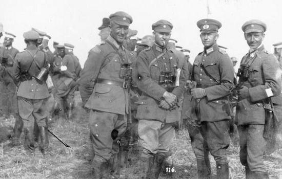 Zadowoleni i pewni siebie oficerowie 5. i 7. Dywizji Reichswehry w trakcie letnich manewrów w 1926 r. Są przekonani, że w razie wojny z Polską zwycięstwo byłoby po ich stronie